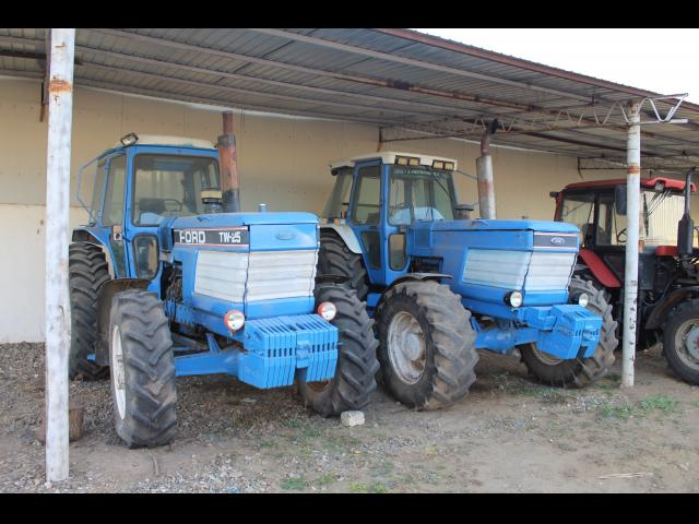 TRACTOR Ford TW-25